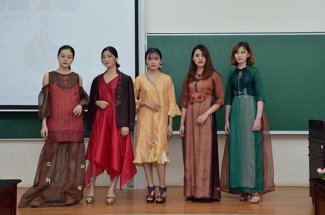 Những thiết kế được lấy cảm hứng từ tri thức toán học trên nền chất liệu vải lụa dưới sự tài ba của NTK Xuân Thu.