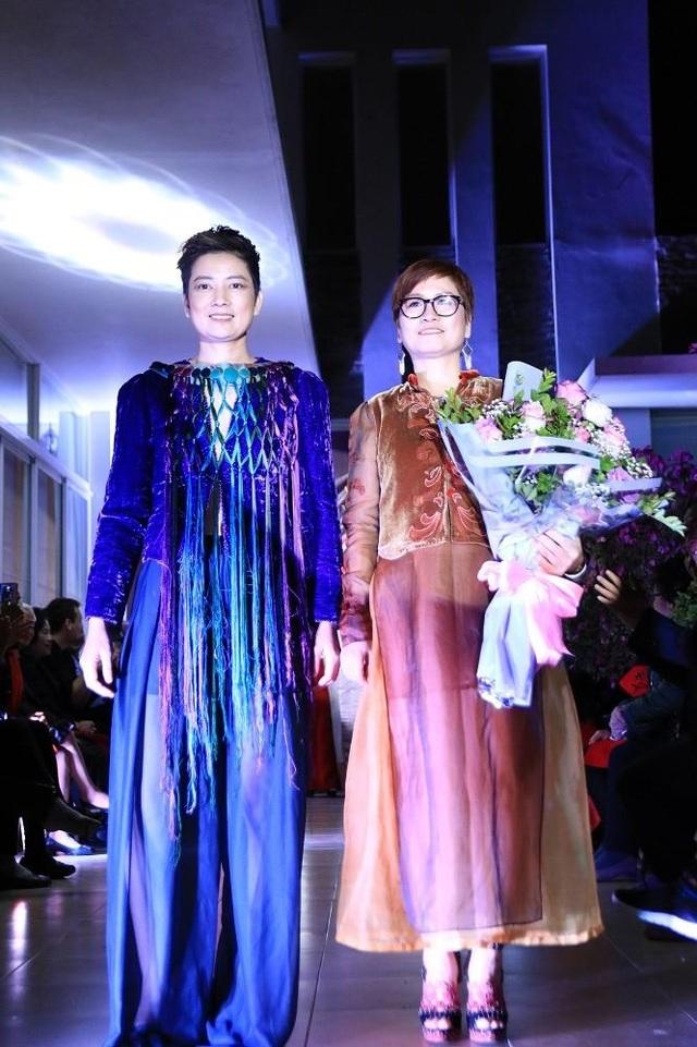 NTK Xuân Thu (bên phải) cùng người mẫu đại diện của bộ sưu tập mới.