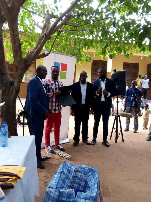 Richard Appiah Akoto đã nhận được chiếc laptop mới từ Microsoft (Ảnh: Facebook Owura Kwadwo Hottish).