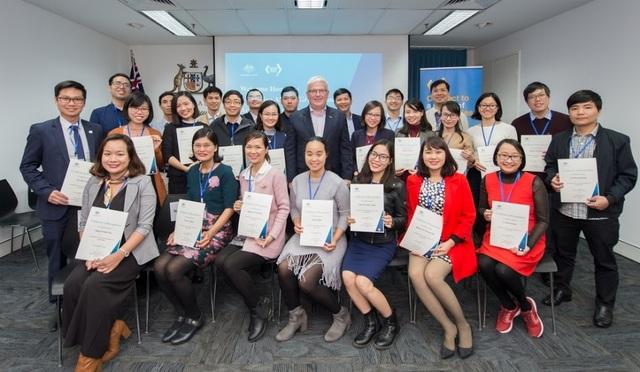 Đại sứ Craig Chittick chụp ảnh lưu niệm cùng các cựu du học sinh Việt tại Úc vừa về nước.