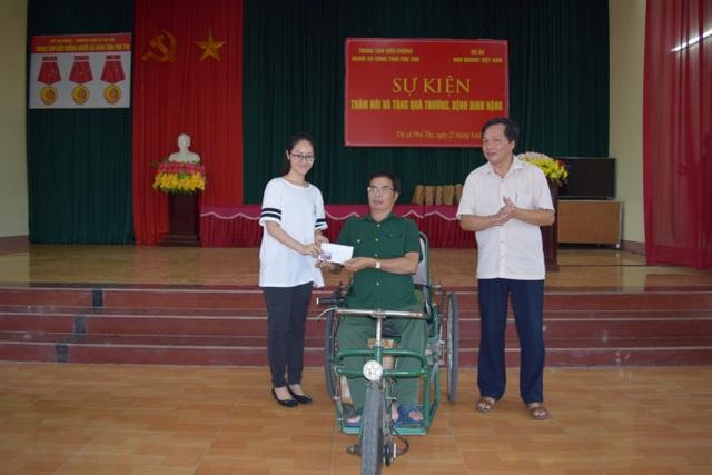 Hà trao quà đến một cựu chiến binh ở Quảng Trị.