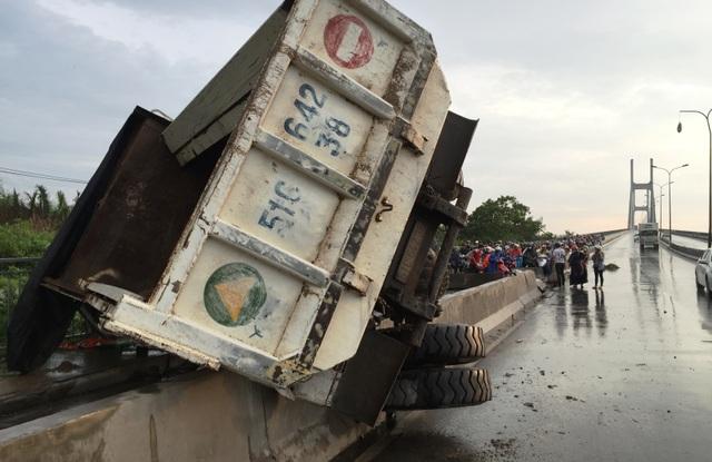 Chiếc xe ben 15 tấn chạy với tốc độ nhanh rồi lật nhào ngay dốc cầu Phú Mỹ, phía quận 2, TPHCM.