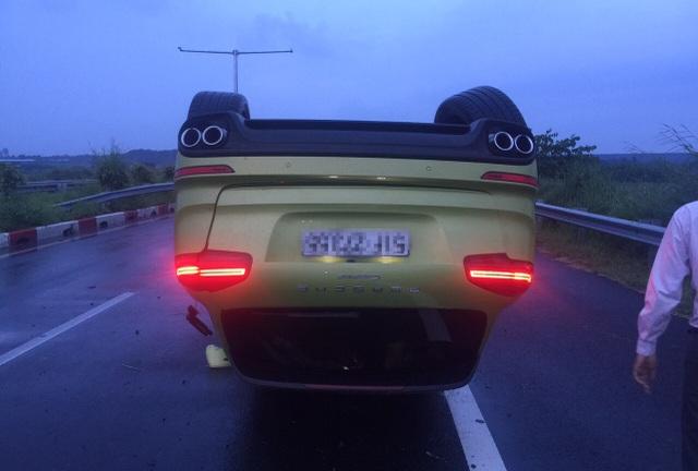 Chiếc xe gần 5 tỷ bị lật nhào trên cao tốc HLD...