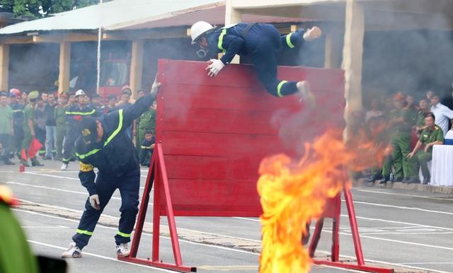 Cảnh sát PCCC lao vào biển lửa, vượt tường cao, chướng ngại vật để nhanh chóng tiếp cận mục tiêu chữa cháy...