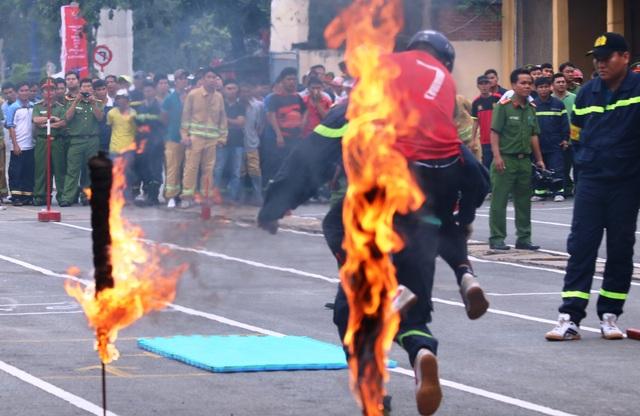 Đưa người bị nạn vượt qua đám cháy...