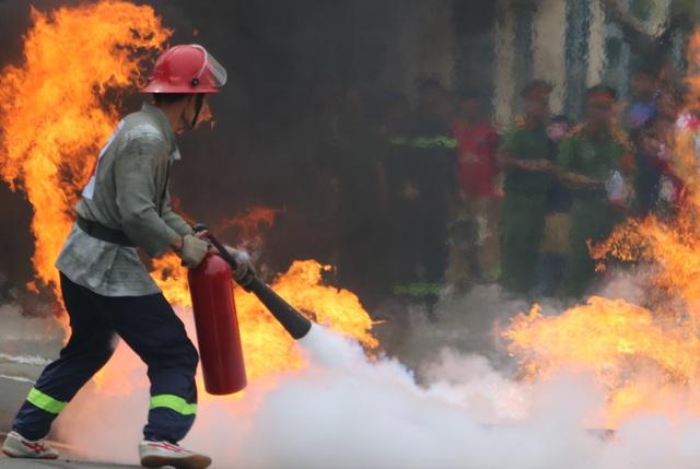 Nhanh chóng dập tắt đám cháy giả định là kho xăng dầu.