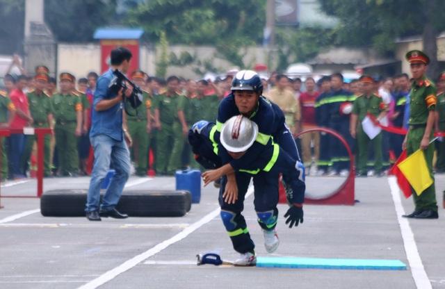 Cảnh sát PCCC cứu người...