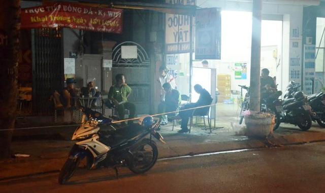Lực lượng công an phong toả hiện trường để khám nghiệm, truy xét vụ án mạng tại quán cà phê T.A, phường Bình Chiểu, quận Thủ Đức.