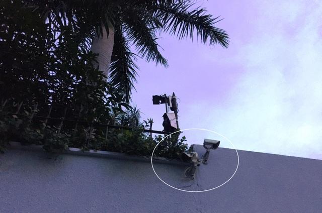 Dù biệt thư có bảo vệ canh gác 24h/24h và hệ tống tường rào kiên cố, camera an ninh dày đặc...nhưng siêu trộm vẫn vô hiệu hoá và đột nhập vào lấy số tài sản hơn 6 tỷ đồng.