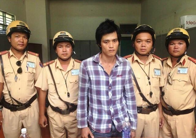 Đối tượng Tín bị lực lượng CSGT bắt giữ sau khi trộm xe máy của người dân.