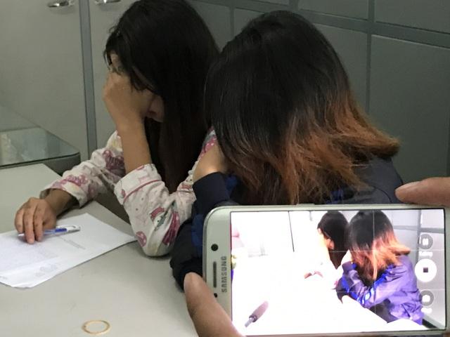 Nhí Tinô và Bà Dãnh, 2 thiếu nữ tham gia đánh bạn đang được công an huyện Nhà Bè làm việc cùng đại diện gia đình.