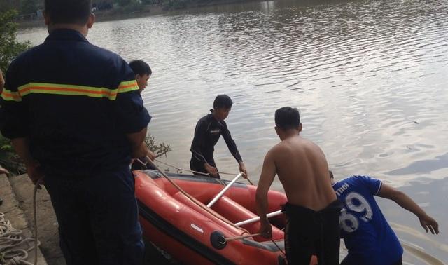 Lực lượng cứu hộ nỗ lực tìm kiếm suốt 17 tiếng đồng hồ.