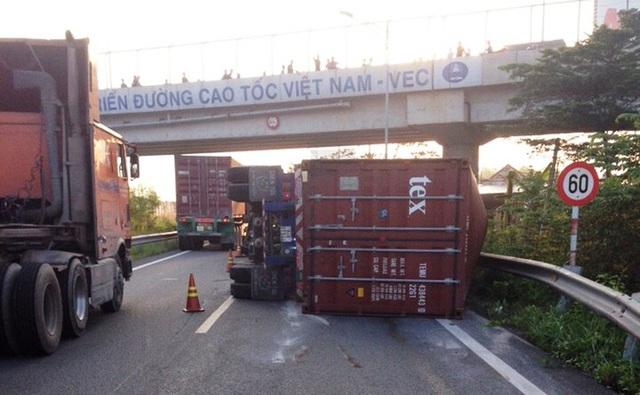 Sự cố khiến giao thông qua khu vực bị cản trở nghiêm trọng. Lực lượng điều tiết phải hướng dẫn xe cộ lưu thông ngược chiều trên 1 đoạn cao tốc để ra QL51.