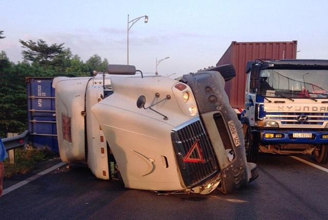 Hiện trường xe đầu kéo container lật tại nhánh rẽ trên cao tốc HLD.