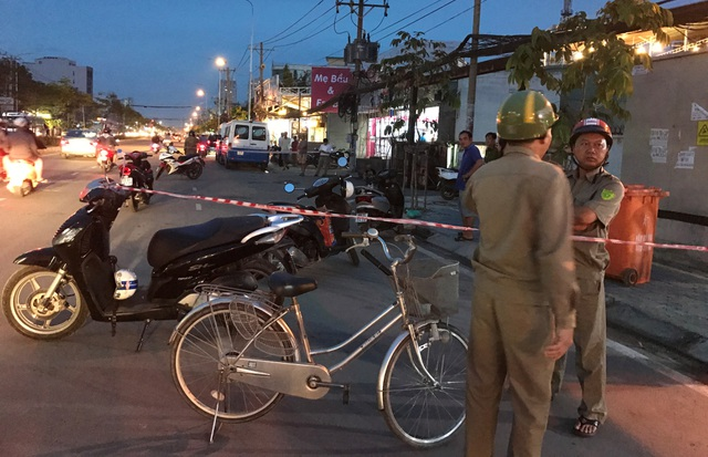 Lực lượng Công an, Bảo vệ dân phố phong toả hiện trường nhiều khu vực trên đường Trần Não, quận 2 để cơ quan điều tra tiến hành khám nghiệm, truy xét vụ án mạng.