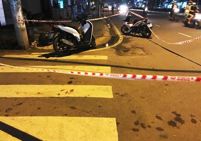 Vết máu của nạn nhân vương vãi trước hẻm 151 đường Trần Não, quận 2.
