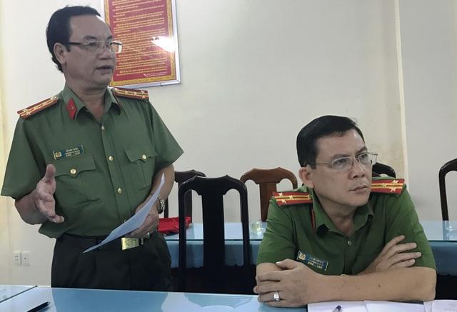 Đại tá Lê Anh Tuấn, Trưởng Công an quận Thủ Đức (người đứng) đang thông tin vụ việc.