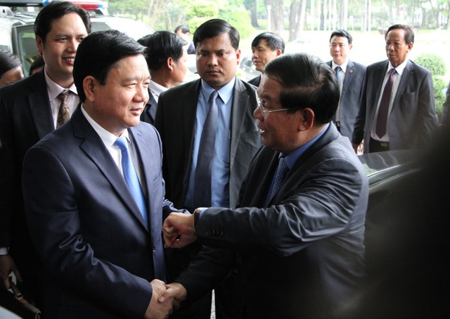 Bí thư Thành uỷ TPHCM Đinh La Thăng đón tiếp Thủ tướng Hun Sen tại Dinh Thống Nhất trưa 21/12.
