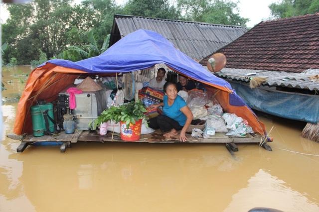 Nước vẫn đang ngập sâu và rút rất chậm. Người dân lo sợ sẽ thiếu nước sạch, lương thực trong vài ngày tới