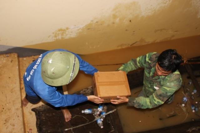 Bộ chỉ huy Quân sự tỉnh Hà Tĩnh và chính quyền Hương Khê tiếp ứng nhu yếu phẩm cho người dân xã Phương Mỹ