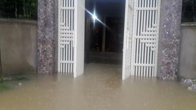 Từ tối qua (31/10) nhiều nhà dân ở xã Hương Đô nước đã bắt đầu tràn vào nhà