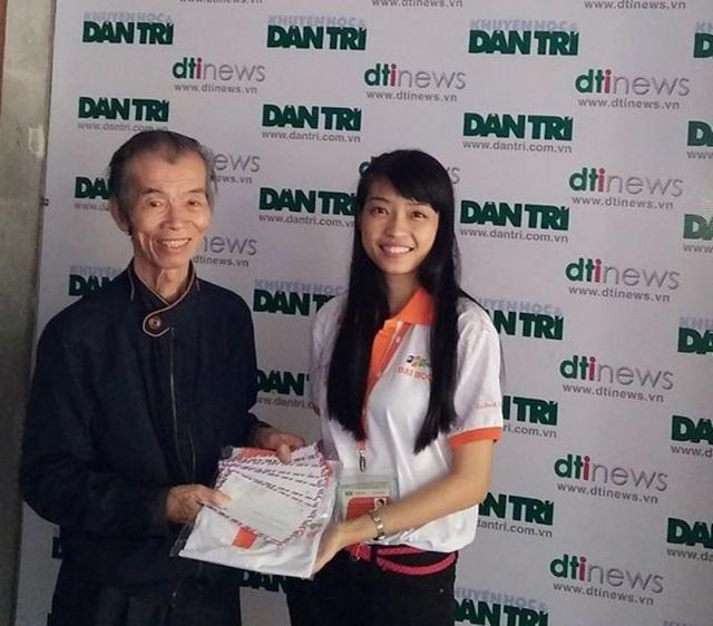 Nhà báo Duy Thảo, Trưởng VPĐD báo Dân trí Bắc miền Trung (trái) tiếp nhận 17 suất quà của Đặng Nguyễn Yến Minh