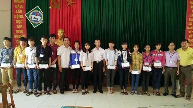 Nhà báo Duy Thảo, Trưởng VPĐD báo Dân trí Bắc miền Trung trao 17 suất quà của em Minh đến 17 em học sinh ở Trường THPT Hàm Nghi và Trường THPT Cù Huy Cận