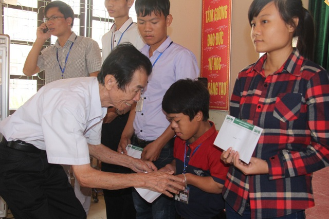 Cựu sinh viên FPT sẻ chia những đồng tiền lương đầu tiên đến học sinh vùng lũ - 2