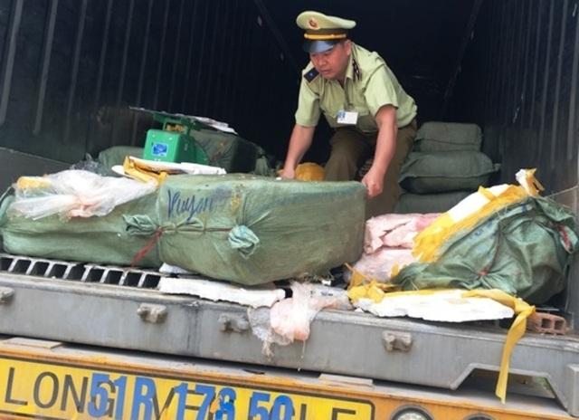 Phạt tài xế container chở 5 tấn mỡ, thịt thối từ Bắc vào Nam 70 triệu đồng - 1