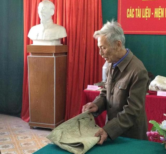 Ông Trương Xuân Bái, ở xã Thạch Môn đã trao tặng Bảo tàng Hà Tĩnh 12 hiện vật. Trong đó có chiếc áo trấn thủ ông mặc trong trận đánh của Chiến dịch Điện Biên Phủ 1953-1954