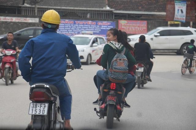 Học sinh đầu trần đi xe đạp điện nghênh ngang trên đường - 5