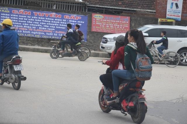 Thời gian vừa qua, lực lượng CSGT huyện Đức Thọ đã xử lý hàng loạt trường hợp người điều khiển xe đạp điện vi phạm khi tham gia giao thông. Tuy nhiên, tình trạng tái phạm lại tiếp tục diễn ra, ý thức của nhiều người dân, đặc biệt là các em học sinh còn rất kém.