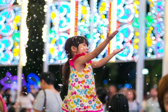Buổi tối: Đón tuyết rơi giữa những khu vườn ánh sáng khổng lồ với Christmas Wonderland tại Gardens by the Bay. Các bạn cần lưu ý, vé vào cổng chỉ được bán online tại christmaswonderland.sg.