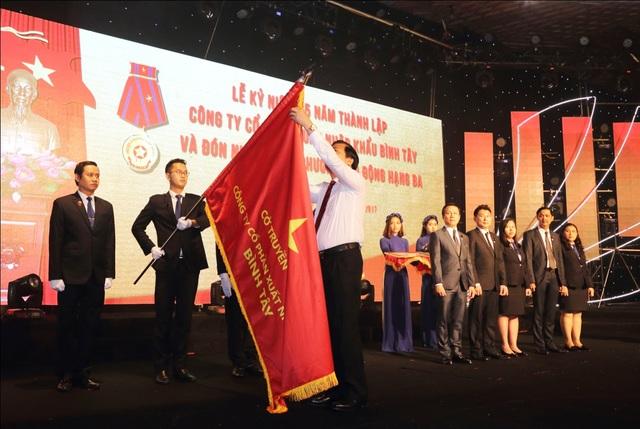 Bí thư tỉnh ủy Long An Phạm Văn Rạnh gắn Huân chương Lao động hạng ba lên Cờ truyền thống của Bitex