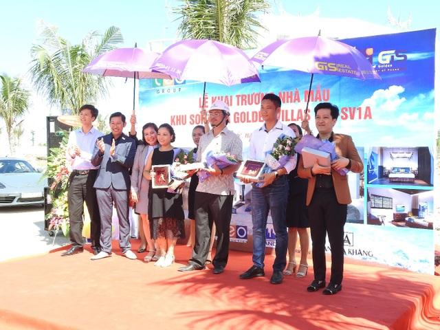 Đại diện công ty Đảo Vàng tặng hoa cho các đơn vị nhà thầu và đại sứ thương hiệu Trường Giang