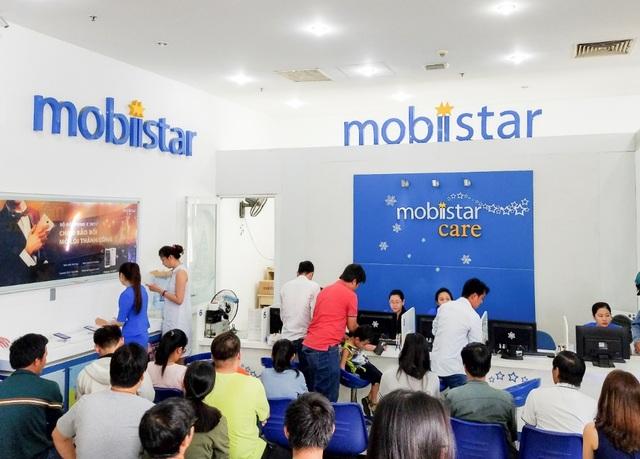 Trong 1h đầu tiên đã có đến 50 khách hàng đến showroom, tạo một không khí đông đúc, sôi nổi.