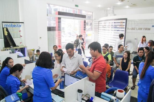 Có những khách hàng ở xa như Bạc Liêu, Vũng Tàu, Củ Chi đã đến từ rất sớm để chờ mua máy Zumbo J2.