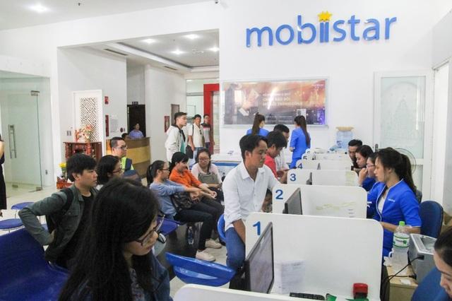 Do lượng khách đông và đa dạng, 5 nhân viên tiếp tân của Mobiistar cùng lúc phục vụ không ngơi tay