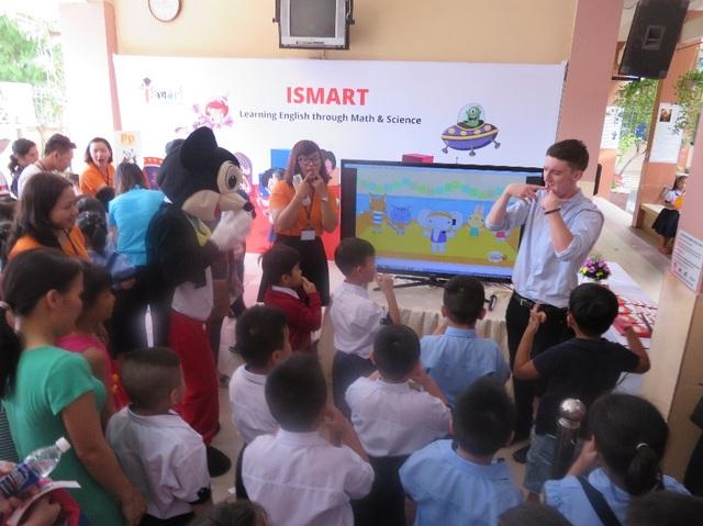Học sinh lớp 1 ngày đầu đến trường chơi trò chơi tiếng Anh hứng thú tại trường tiểu học Lê Lai