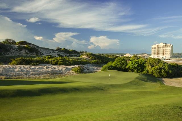 Đối diện khu nghỉ dưỡng là sân golf The Bluffs – một trong những sân gôn hàng đầu thế giới do tạp chí Golf Digest bình chọn.