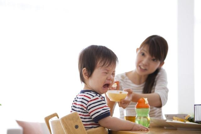 Táo bón lâu ngày khiến trẻ biếng ăn, sụt cân.