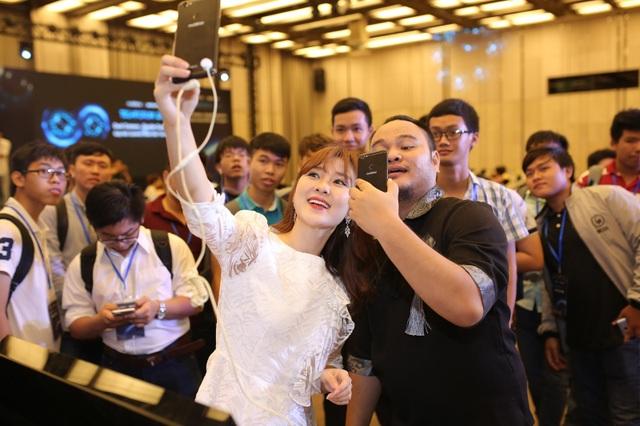 """Vinh Râu cùng Ribisachi vô cùng háo hức khi nhờ """"bộ đôi sản phẩm mới"""" nên giờ có thể chụp hình cùng với fan đầy đủ vậy luôn nè!"""