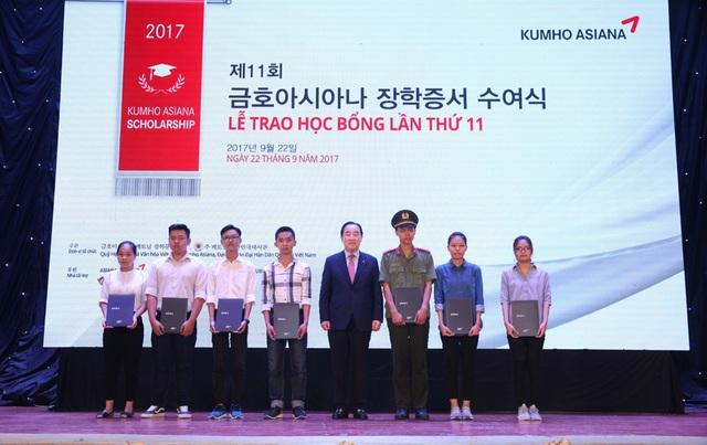 Phó Chủ tịch Tập đoàn Kumho Asiana - ông Lee Won Tae chụp ảnh lưu niệm cùng các bạn sinh viên nhận Học bổng Kumho Asiana.