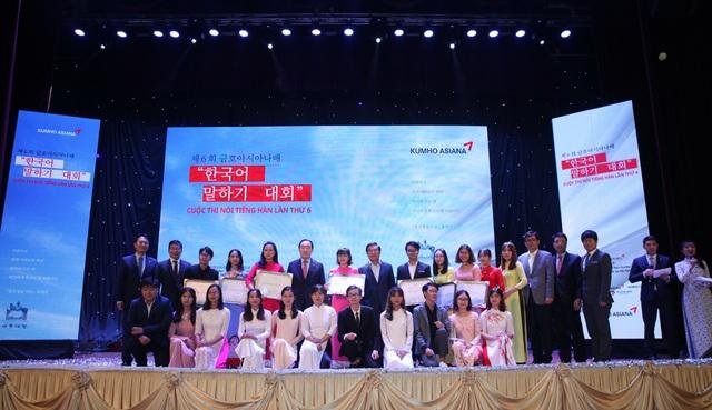 Tất cả thí sinh của Cuộc thi nói Tiếng Hàn Kumho Asiana lần thứ 6 chụp hình lưu niệm với các đại diện Tập đoàn Kumho Asiana và các khách mời của chương trình.
