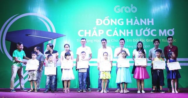 80 suất học bổng khuyến học từ Grab là những món quà góp phần khích lệ các em nhỏ chăm ngoan học hành