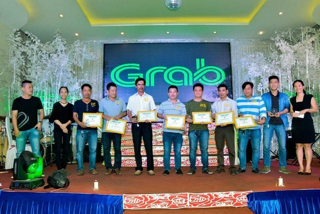 Các đối tác Grab nhận chứng chỉ của Học viện tài xế Grab