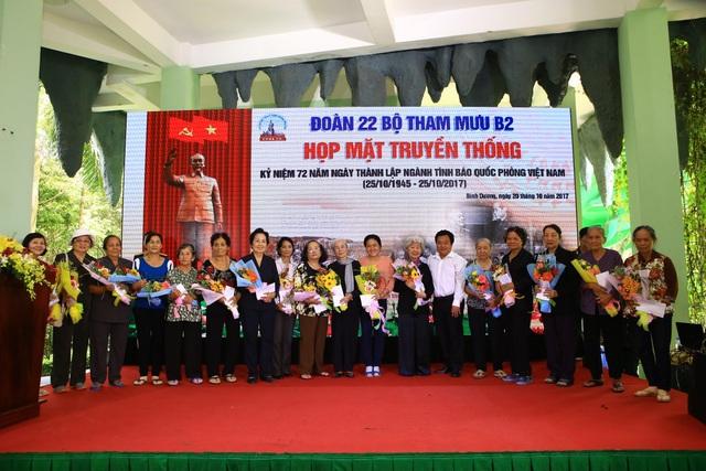 Nhân ngày 20/10, Hoa viên Nghĩa trang Bình Dương đã trao 20 phần quà cho các nữ quân nhân trong ngành tình báo Việt Nam.