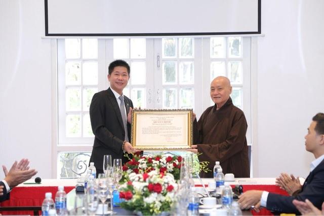 Hòa Thượng Thích Nhật Quang nhận bàn giao Thiền viện từ Ông Phạm Thanh Tiến - CT.HĐQT Công ty Nhật Tiến