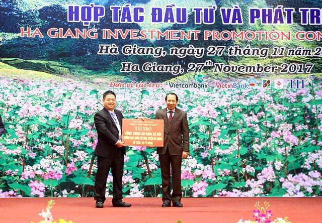 Ông Nguyễn Văn Thiện - Chủ tịch HĐTV công ty Xuân Thiện trao cho tỉnh Hà Giang món quà giá trị 30 tỉ đồng
