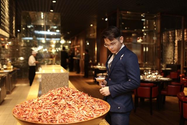 Chàng ca sỹ với nụ cười tỏa nắng Sơn Ngọc Minh xuất hiện lịch lãm trong bộ vest màu xanh tại nhà hàng Square One, vô cùng thích thú trước khu bếp Việt với không gian mở, được trang trí bởi những gia vị đậm chất Việt Nam.